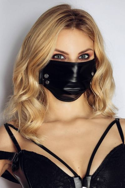 Stylische Wetlook Stoff-Maske mit aufregenden Nieten